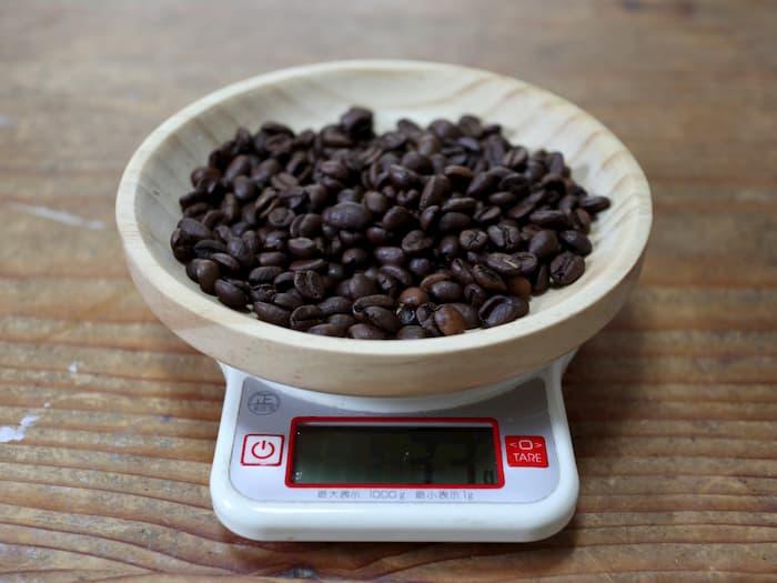 若林工業の100cc計量カップ(BKI5404)で量った豆の重さ