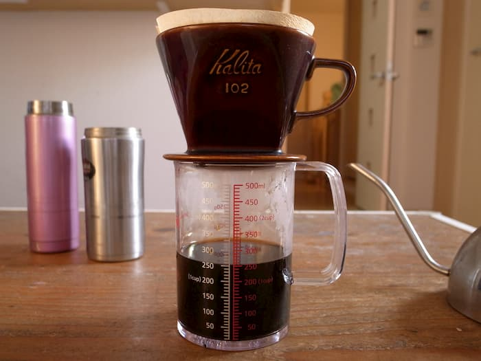 計量カップでコーヒーを淹れる