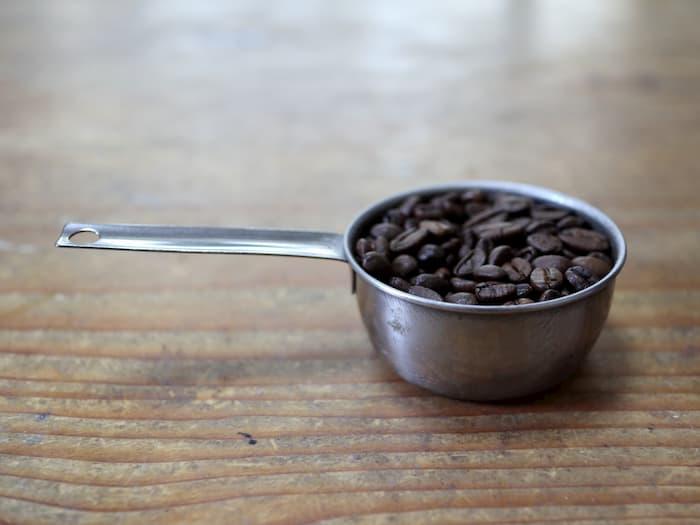 若林工業の100cc計量カップ(BKI5404)で豆を量る