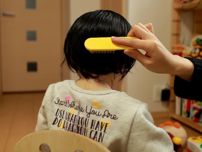 ブラシで髪をとかす