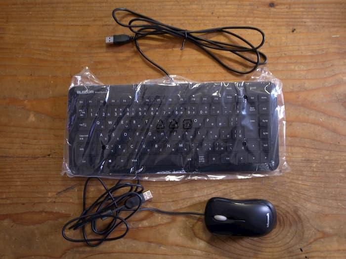 有線のキーボードとマウス
