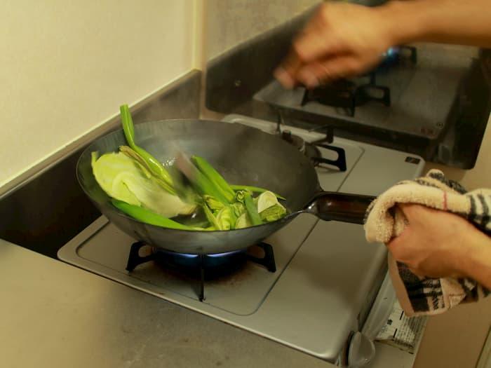 クズ野菜を炒める