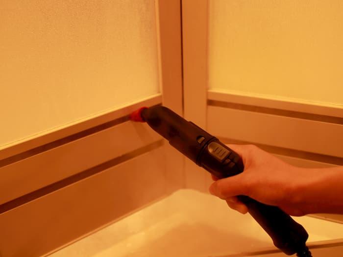 浴室ドアの通気口に噴射