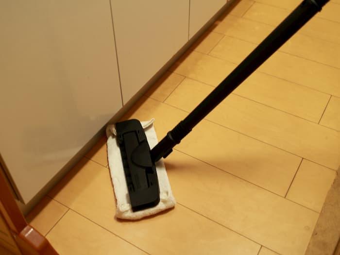 フロアノズルによるキッチンの掃除
